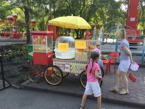 Уличная торговая точка с ватой и попкорном